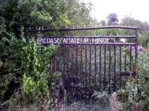 Het oude hek aan het complex Oranjeboom. Het hek bestaat niet meer, evenals het complex dat toen verhuisd is naar de Rithsestraat.